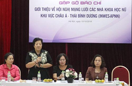 Đại diện Hội nữ tri thức Việt Nam công bố chương trình hội nghị. Ảnh: BN.