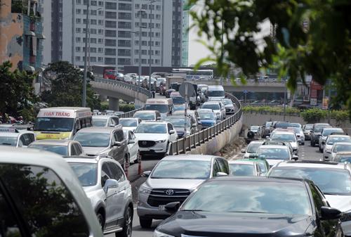 Ôtô xếp hàng dài trên cầu Thủ Thiêm xuống đường Nguyễn Hữu Cảnh. Ảnh: Sơn Hòa.