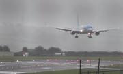 Máy bay chao đảo khi hạ cánh giữa cơn bão ở Anh
