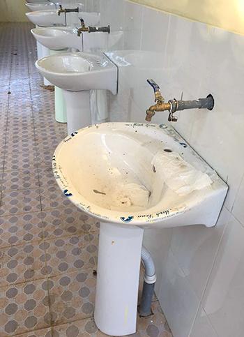 Bồn rửa trong nhà vệ sinh trường Tiểu học Sông Trí khi chưa dọn dẹp. Ảnh: Đức Hùng