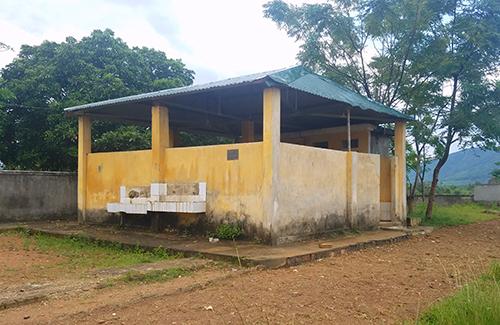 Nhà vệ sinh của trường Tiểu học Kỳ Sơn. Ảnh: Đức Hùng