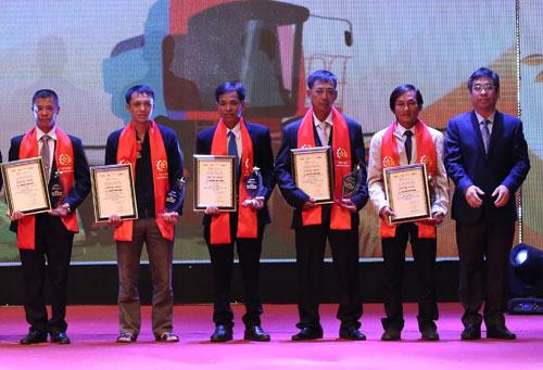 Anh Nguyễn Hùng Nam (thứ hai từ trái qua) trong Lễ tôn vinh nông dân Việt Nam xuất sắc 2018 tối 14/10 tại Hà Nội. Ảnh: Giang Huy.
