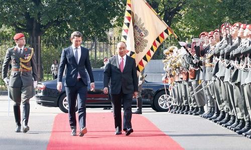 Thủ tướng Kurz và Thủ tướng Nguyễn Xuân Phúc trên thảm đỏ trong lễ đón hôm nay. Ảnh: TTXVN.