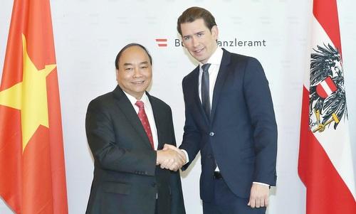 Thủ tướng Nguyễn Xuân Phúc và Thủ tướng Kurz trước cuộc hội đàm ngày 15/10. Ảnh: Báo Chính phủ.