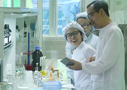 Nhà khoa học nữ ngày càng thể hiện vai trò quan trọng trong các nghiên cứu khoa học. Ảnh: Loan Lê.