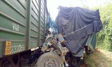 Ôtô tải bị tàu hàng tông biến dạng khi cố băng qua đường sắt