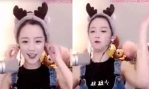 Yang Kaili hát quốc ca trong buổi phát sóng trực tuyến trên trang web Huya hôm 7/10. Ảnh: Weibo.