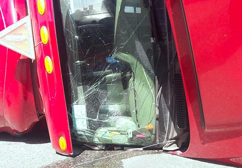 Xe container hư hỏng nặng ở phần đầu. Ảnh: Đức Hùng