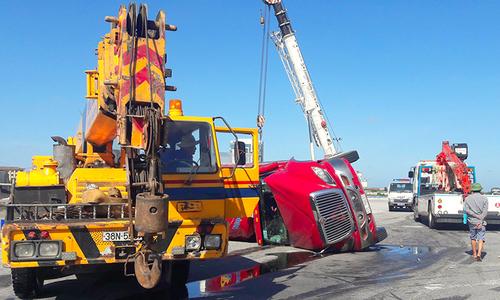Xe container lật ở ngã tư, tài xế đổ lỗi do thiếu vòng xuyến