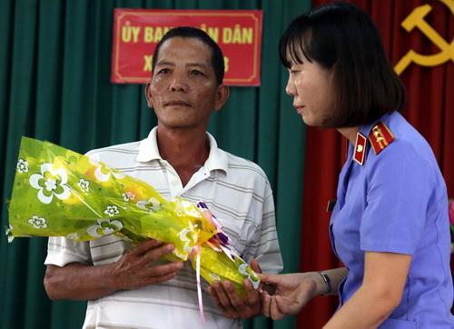 Đại diện VKS huyện Vĩnh Cửu xin lỗi ông vì khởi tố oan sai. Ảnh: Phước Tuấn