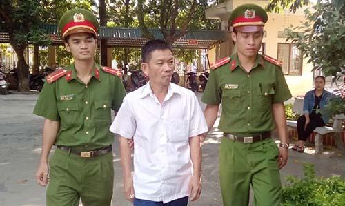 Nghi can Phan Văn Thắng (áo trắng) đã thừa nhận đã đánh cắp số tiền của khách gửi xe. Ảnh: Đ.H.