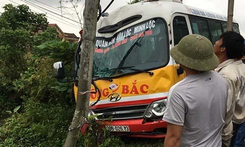 Xe buýt đâm gãy cột điện khiến hành khách hoảng loạn