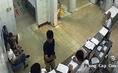 Người nhà bệnh nhân dùng điện thoại quay cảnh bác sĩ làm việc. Ảnh: Cắt từ vi deo