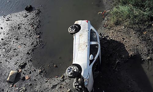 Ôtô lao xuống sông, tài xế thoát chết