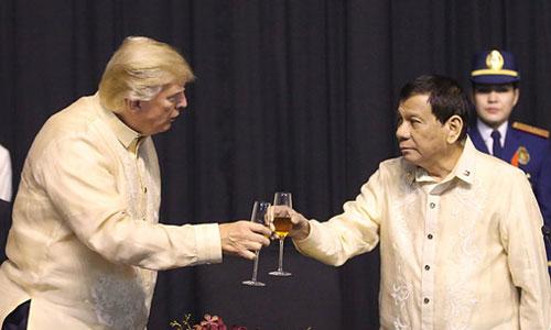 Duterte (phải) cụng ly với Trump trong sự kiện kỷ niệm 50 năm ngày thành lập ASEAN ở Manila. Ảnh: AFP.