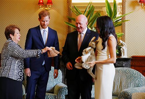 Toàn quyền Australia Peter Cosgrove và phu nhân tặng cho đôi vợ chồng hoàng gia Anh một đôi ủng da cừu và một con kagaroo đồ chơi
