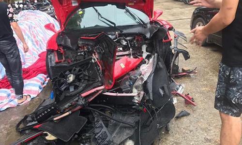 Ôtô của ca sĩ Tuấn Hưng nát đầu sau tai nạn