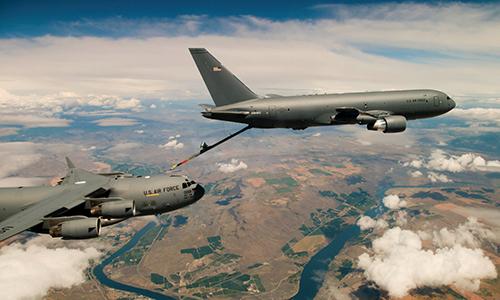 Vận tải cơ C-17 Globemaster III tiếp nhiên liệu từ máy bay tiếp dầu Boeing KC-46. Ảnh: USAF.