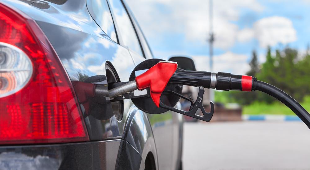 Chuyện gì xảy ra nếu nổ máy ôtô lúc đang đổ xăng