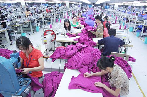 Công nhân nữ làm việc tại nhà máy sản xuất hàng may mặc ở Hà Đông (Hà Nội). Ảnh: Ngọc Thành