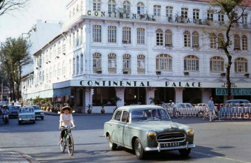 Peugeot 403 trên đường Tự Do trước năm Hạ Viện 1968, nay là đường Đồng Khởi trước nhà hát thành phố