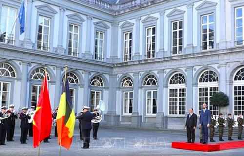 Thủ tướng Bỉ Charles Michel đã chủ trì lễ đón chính thức Thủ tướng Nguyễn Xuân Phúc tại cung điện Palais dEgmont hôm nay. Ảnh: TTXVN