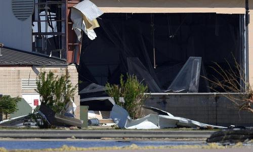 Tiêm kích F-22 trong nhà chứa hư hại sau bão Michael. Ảnh: USAF.