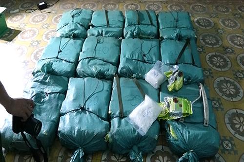 12 bao tải xanh chứa 308,6 kg ma tuý đá. Ảnh: Ngô Quang Văn