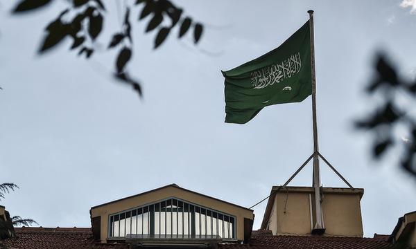 Quốc kỳ Arab Saudi tại lãnh sự quán ở thành phố Istanbul. Ảnh: AFP.