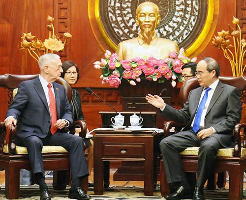 Bí thư Thành ủy TP HCM Nguyễn Thiện Nhân (bên phải) tiếp Bộ trưởng Quốc phòng Mỹ James Mattis. Ảnh: Thiên Ngôn.