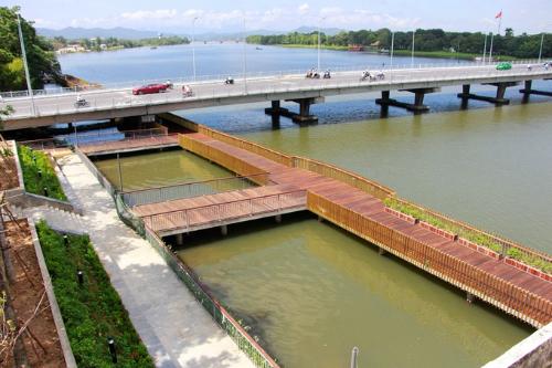 Sau 8 tháng thi công, tuyến đường với diện tích mặt sàn trên 2.440 m2 đã được lát bằng gỗ lim nhập khẩu từ Nam Phi; lan can làm bằng đồng. Ảnh: Võ Thạnh