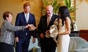Australia tặng ủng lông cừu cho con của Harry và Meghan