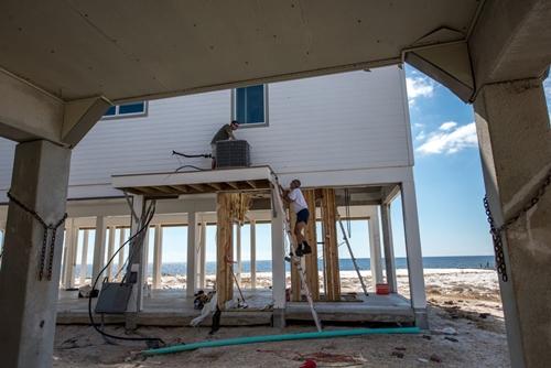 Căn nhà nằm trên các cột trụ cao để tránh nước lũ. Ảnh: NYTimes.