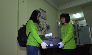 Nhóm bạn trẻ đến nhà thu gom rác điện tử miễn phí
