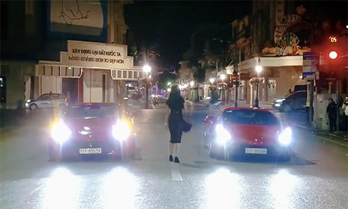 Ferrari 488 GTB của Tuấn Hưng (bên phải) trong MV ca nhạc quay tại Hà Nội.