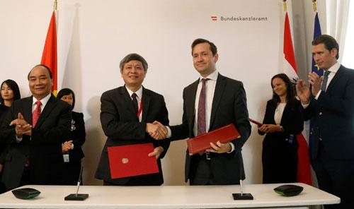 Thủ tướng chứng kiến Thứ trưởng Phạm Công Tạc (bìa trái)và Quốc vụ khanh Jakob Calice ký văn bản gia hạn hợp tác. Ảnh: Dragan Tatic - Áo.