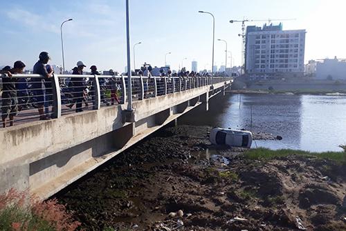 Taxi lao xuống sông, cách bờ chừng 20 m ở Nha Trang. Ảnh: An Phước