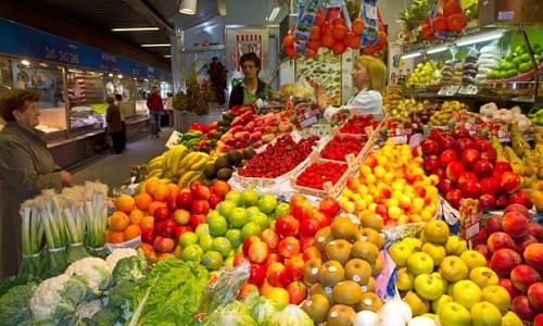 Một sạp hàng bán rau quả ở thành phố cảng Bilbao, miền bắc Tây Ban Nha. Ảnh: Guardian.