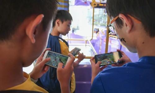 Trẻ em Trung Quốc chơi điện tử bằng thiết bị di động. Ảnh: SCMP.