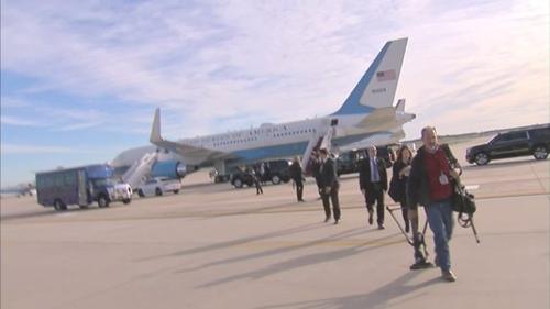 Nhóm phóng viên rời khỏi máy bay sau khi nó quay đầu về căn cứ. Ảnh: Twitter.
