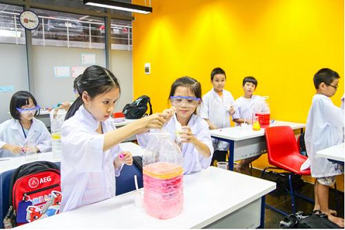 Các em được thực hành các thí nghiệm STEAM và sử dụng tiếng Anh để thảo luận cùng nhóm.