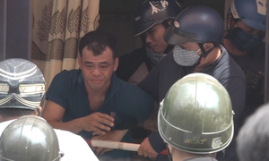 Nghi can cướp cố thủ trong tiệm game ở Sài Gòn