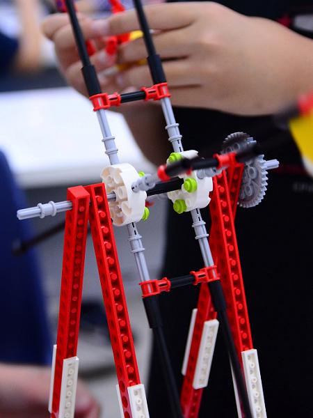 Giờ học thực hành STEAM English của các em học sinh với bộ lego giáo dục.