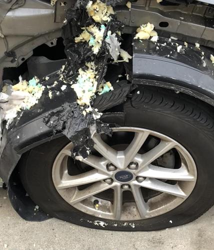 Lốp xe nổ vỡ tan vả phần chắn bùn. Ảnh: Liveleak.