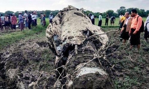 Phần thân một chiếc F-7 sau vụ tai nạn sáng 16/10. Ảnh: NY Times.
