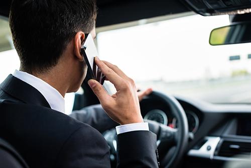 Nhiều tài xế có thói quen sử dụng điện thoại khi lái xe. Ảnh: Caradias.