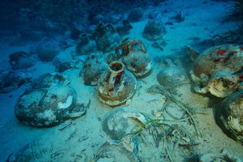 Các vật dụng và hàng hóa trên tàu buôn cổ chìm dưới biển. Ảnh: Newsweek.