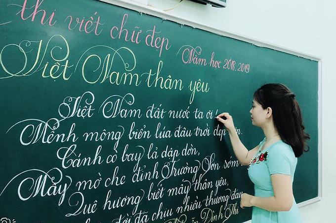 Cô và trò viết chữ đẹp như vẽ