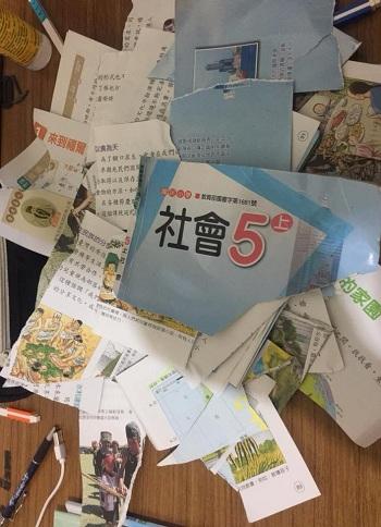 Lin xé sách vở của con để phản đối việc giao bài tập về nhà quá nặng. Ảnh: Facebook