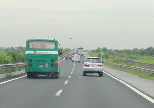 Các phương tiện đi trên cao tốc Pháp Vân - Cầu Giẽ tốc độ tối đa 100km/h.Ảnh: Đoàn Loan